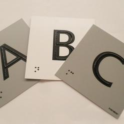 Números y Letras con braille y altorrelieve centrado en el trazo.
