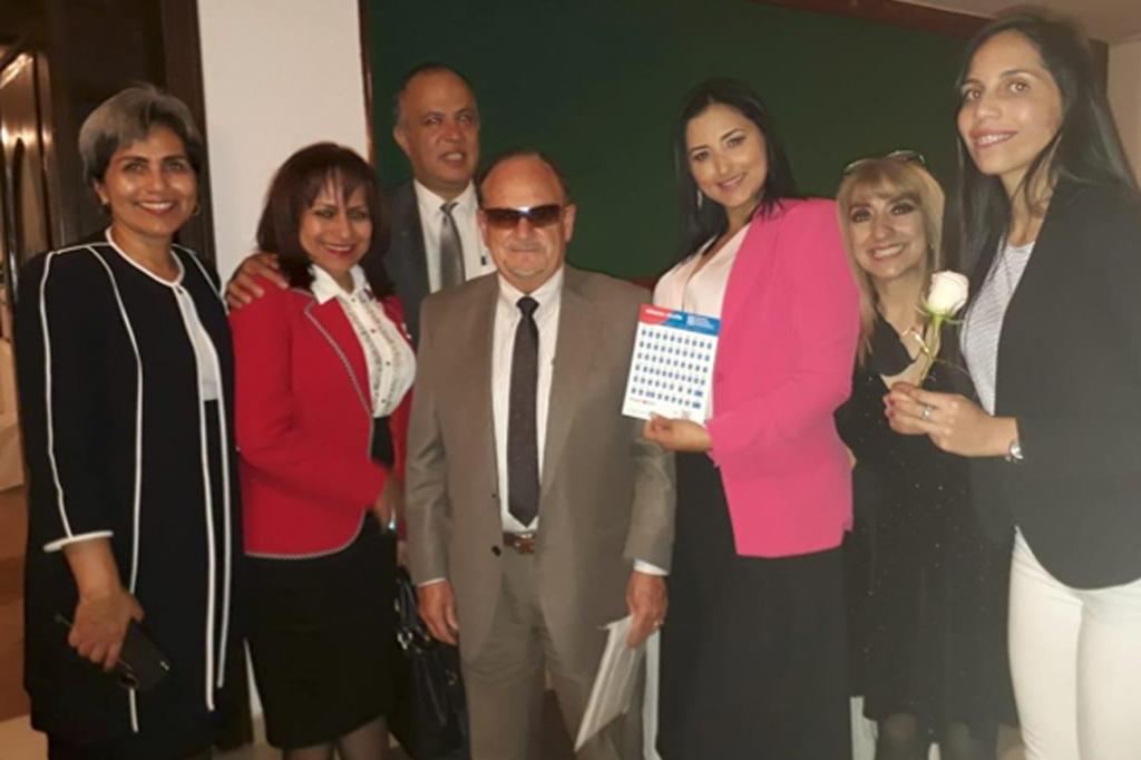 """Sandra Esparza y JJ Medina con algunos de los asistentes a la """"cena de los sentidos"""" en Ecuador"""