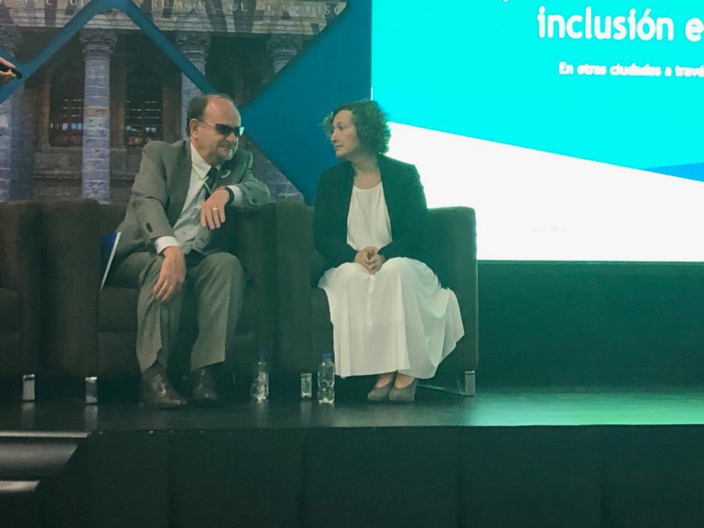 JJ comentando la intervención con Tatiana, directora de PREDIF