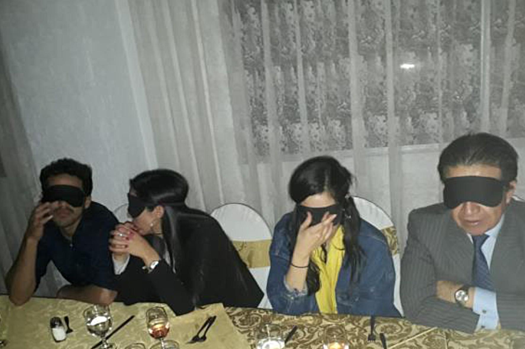 Los comensales se tapan los ojos para percibir la cena como lo hacen los ciegos.