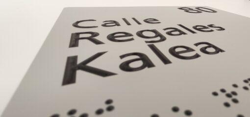placa nombre calle braille