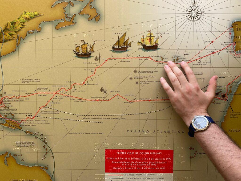Mapa del primer viaje de Colón a América con relieve para para que el museo sea accesible